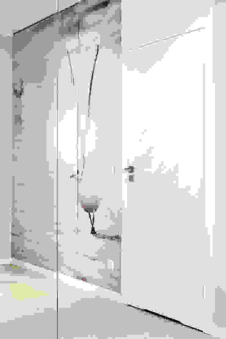 mieszkanie pokazowe 4 pokoje – apartamenty na polanie – Gdynia Minimalistyczny korytarz, przedpokój i schody od Anna Maria Sokołowska Architektura Wnętrz Minimalistyczny