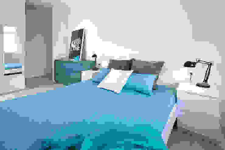 mieszkanie pokazowe 4 pokoje – apartamenty na polanie – Gdynia Minimalistyczna sypialnia od Anna Maria Sokołowska Architektura Wnętrz Minimalistyczny