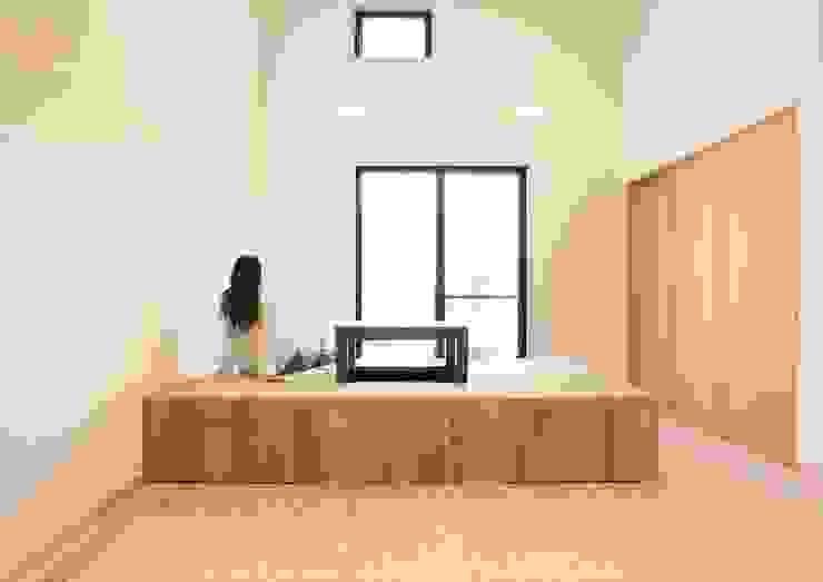 杉と漆喰でできた、開放的なリビング: ナイトウタカシ建築設計事務所が手掛けたリビングです。,オリジナル