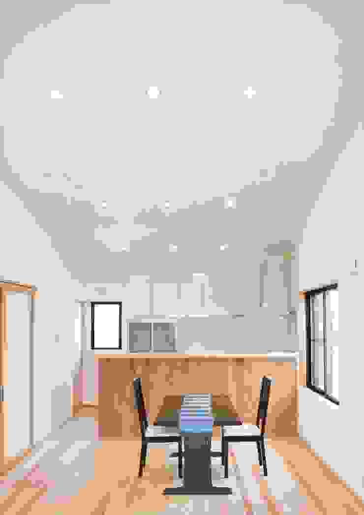 勾配の付いた高天井のあるLDK。 開放感は抜群。 オリジナルデザインの リビング の ナイトウタカシ建築設計事務所 オリジナル