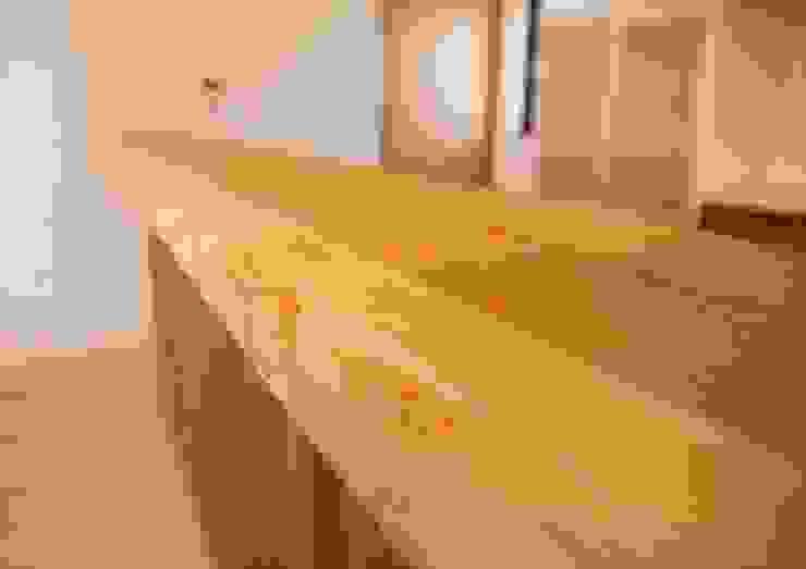 キッチン対面カウンターは、杉の無垢板! オリジナルな 壁&床 の ナイトウタカシ建築設計事務所 オリジナル