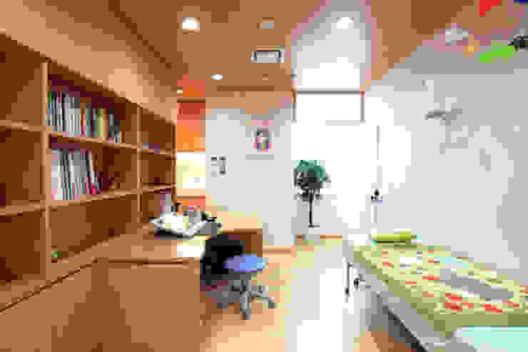 診察室 モダンな医療機関 の info7500 モダン