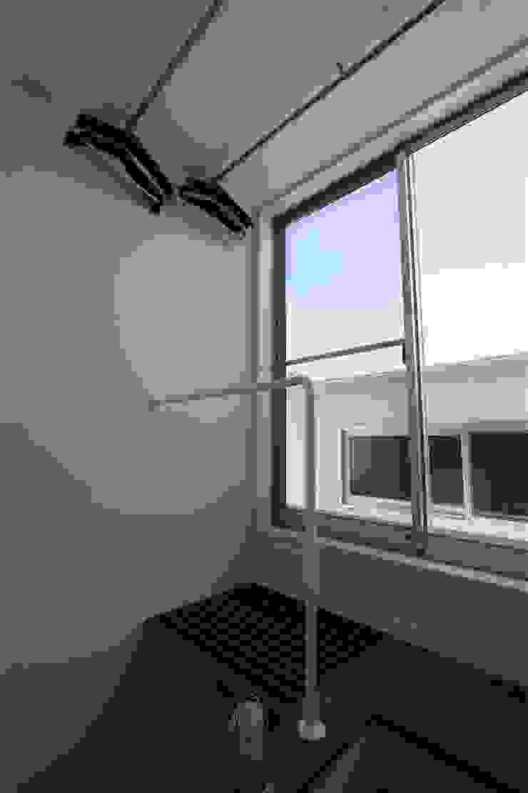 TOFUHOUSE ーコンパクトなシンプルハウスに住むという選択ー モダンスタイルの 玄関&廊下&階段 の atelier shige architects /アトリエシゲ一級建築士事務所 モダン 木 木目調