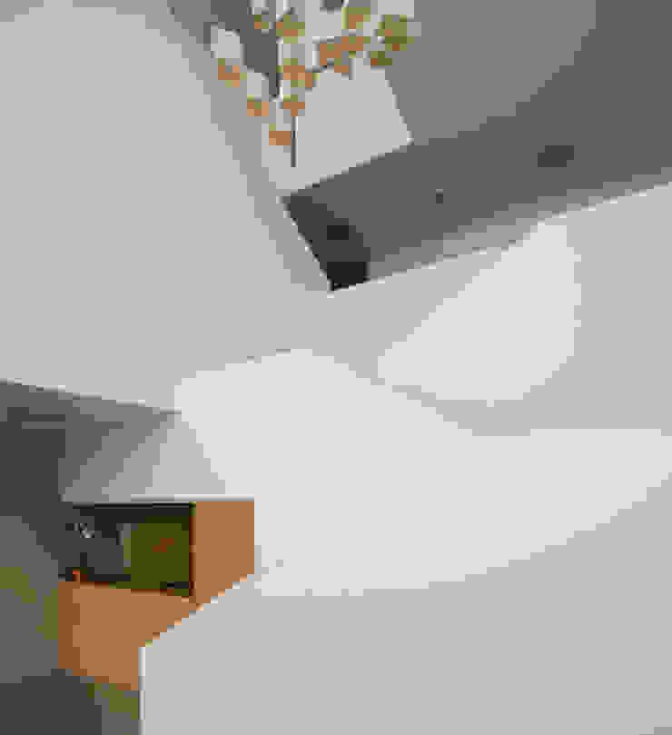 Tuc Tuc Company Headquarters. Stairway Ignacio Quemada Arquitectos Couloir, entrée, escaliers minimalistes Blanc