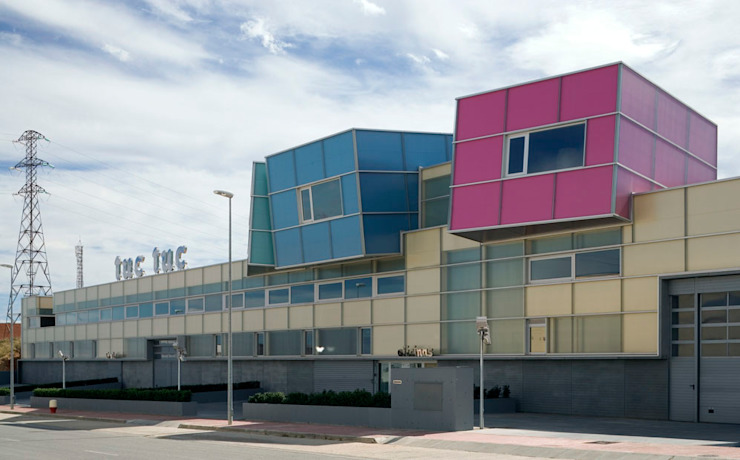 Tuc Tuc Company Headquarters. Façade Ignacio Quemada Arquitectos Minimalist house Glass Multicolored