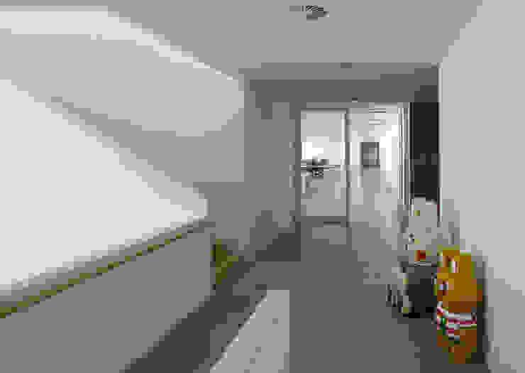 Sede de la empresa Tuc Tuc. Pasillo Ignacio Quemada Arquitectos Pasillos, vestíbulos y escaleras de estilo minimalista Blanco