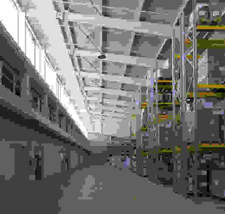 Sede de la empresa Tuc Tuc. Almacén Ignacio Quemada Arquitectos Pasillos, vestíbulos y escaleras de estilo minimalista