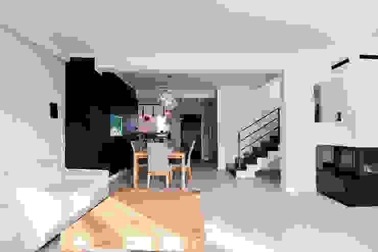 Salones de estilo moderno de conceptjoana Moderno