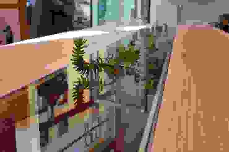в современный. Автор – Macrit - Materie Creative Italiane, Модерн Твердая древесина Многоцветный