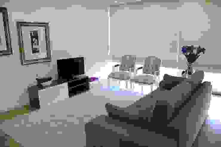 MORADIA UNIFAMILIAR, VISEU: Salas de estar  por Atelier Ana Pereira Arquitetura e Decoração de Interiores,