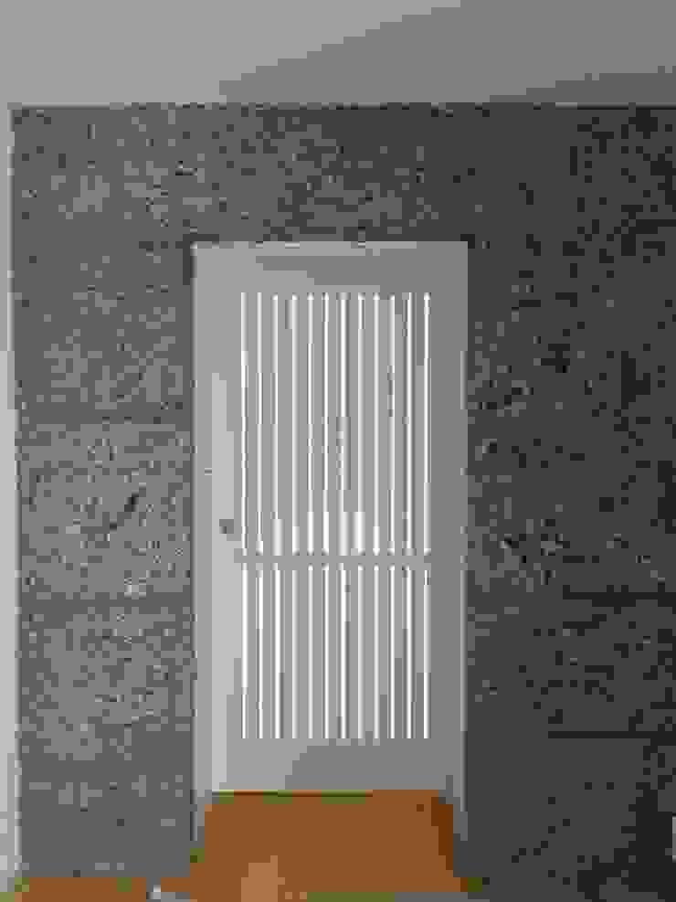Couloir, entrée, escaliers modernes par Bárbara abreu Arquitetos Moderne Pierre