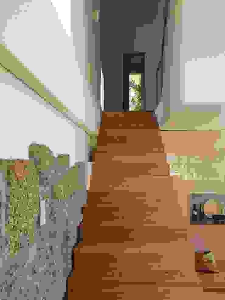 Bárbara abreu Arquitetos Pasillos, vestíbulos y escaleras de estilo moderno Madera Blanco
