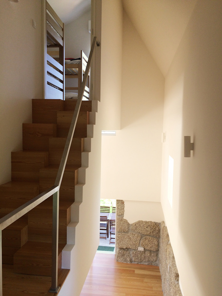 Couloir, entrée, escaliers modernes par Bárbara abreu Arquitetos Moderne Bois Effet bois