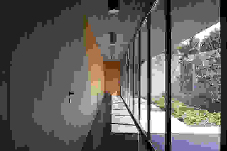 Corredores e halls de entrada  por Osa Architettura e Paesaggio