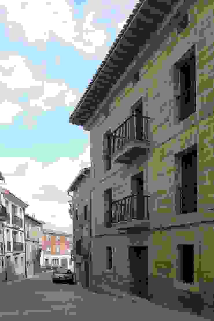 Hotel at a Baroque XVIII Century House. Main façade Ignacio Quemada Arquitectos Classic style houses Stone