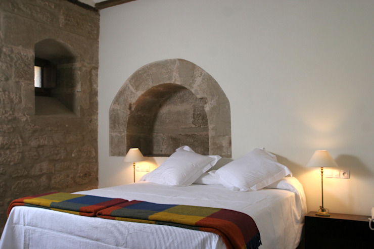 Hotel at a Baroque XVIII Century House. Bedroom Classic style bedroom by Ignacio Quemada Arquitectos Classic Stone
