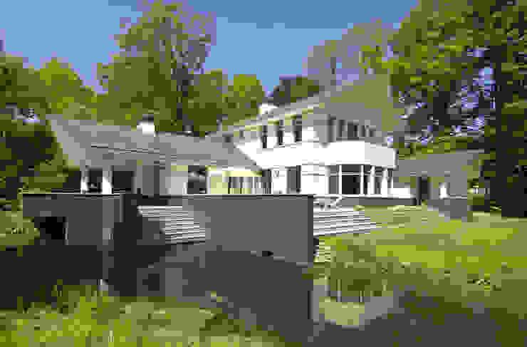 Luxe villa in Velp:  Huizen door Van Hoogevest Architecten, Modern