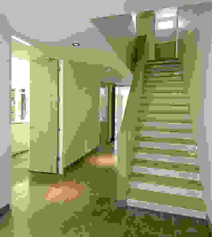 Modern Corridor, Hallway and Staircase by Van Hoogevest Architecten Modern