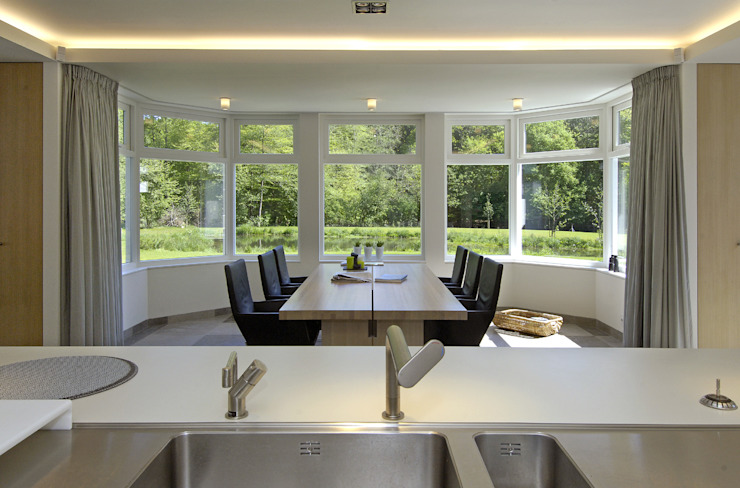 Luxe villa in Velp:  Eetkamer door Van Hoogevest Architecten, Modern
