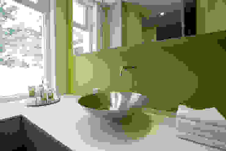 Luxe villa in Velp:  Badkamer door Van Hoogevest Architecten, Modern