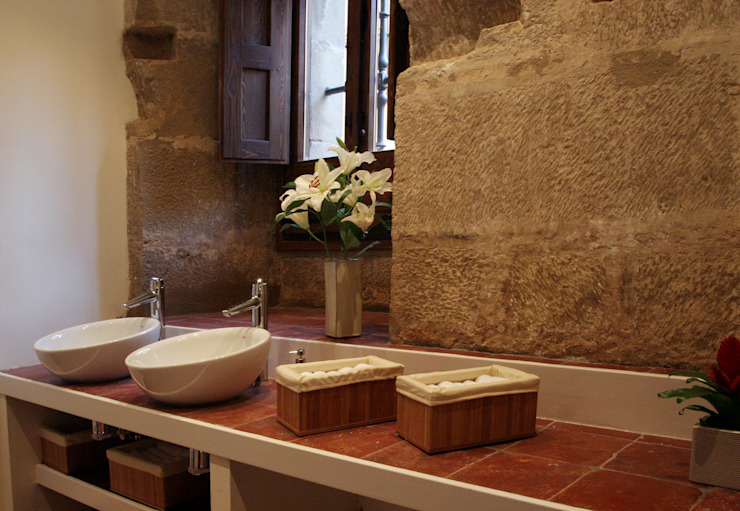 Hotel at a Baroque XVIII Century House. Bathroom Ignacio Quemada Arquitectos Classic style bathroom Stone Brown