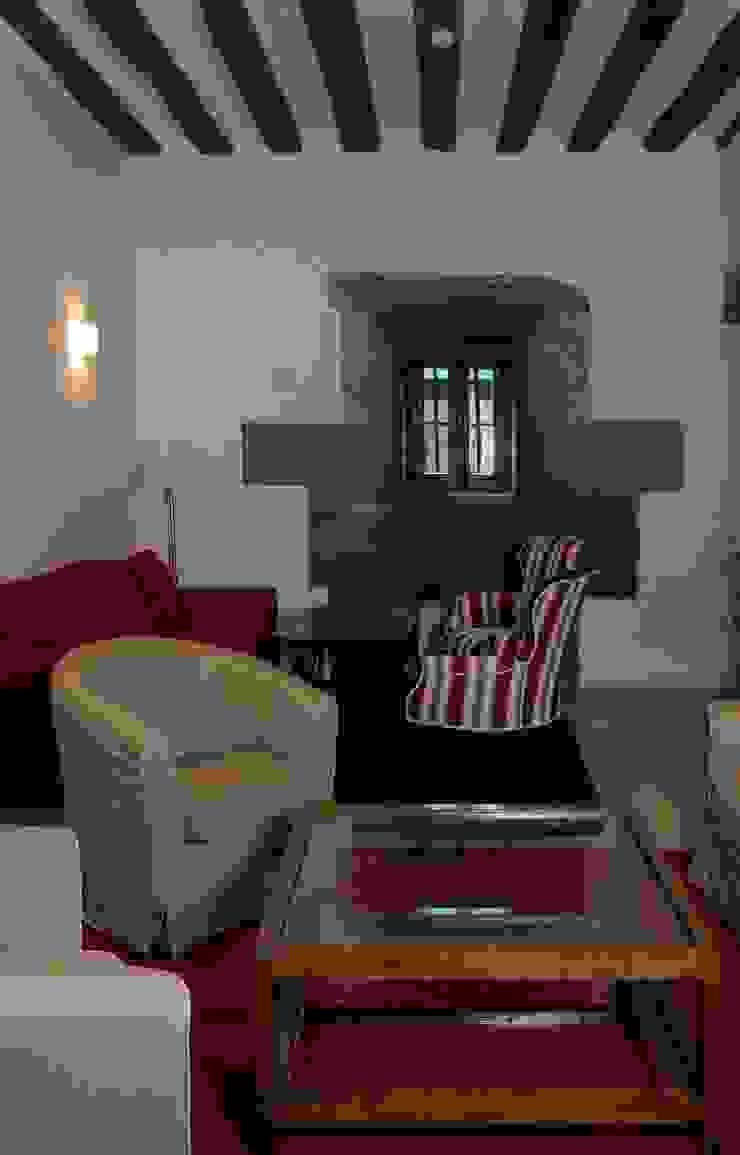 Hotel at a Baroque XVIII Century House. Lounge Ignacio Quemada Arquitectos Living room Stone White