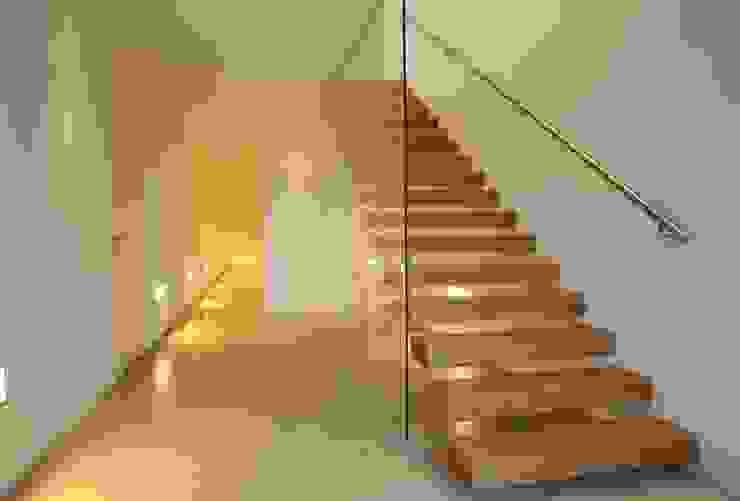 Nowoczesny korytarz, przedpokój i schody od Huaber & more Nowoczesny