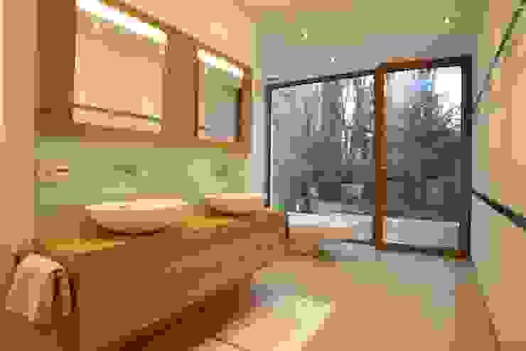Banheiros modernos por Huaber & more Moderno