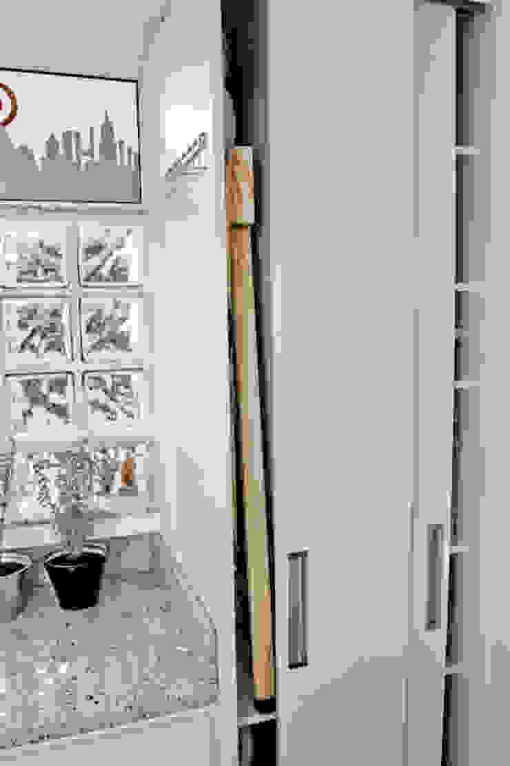Apartamento K&R.R - Lavanderia Cozinhas modernas por Kali Arquitetura Moderno Madeira Efeito de madeira