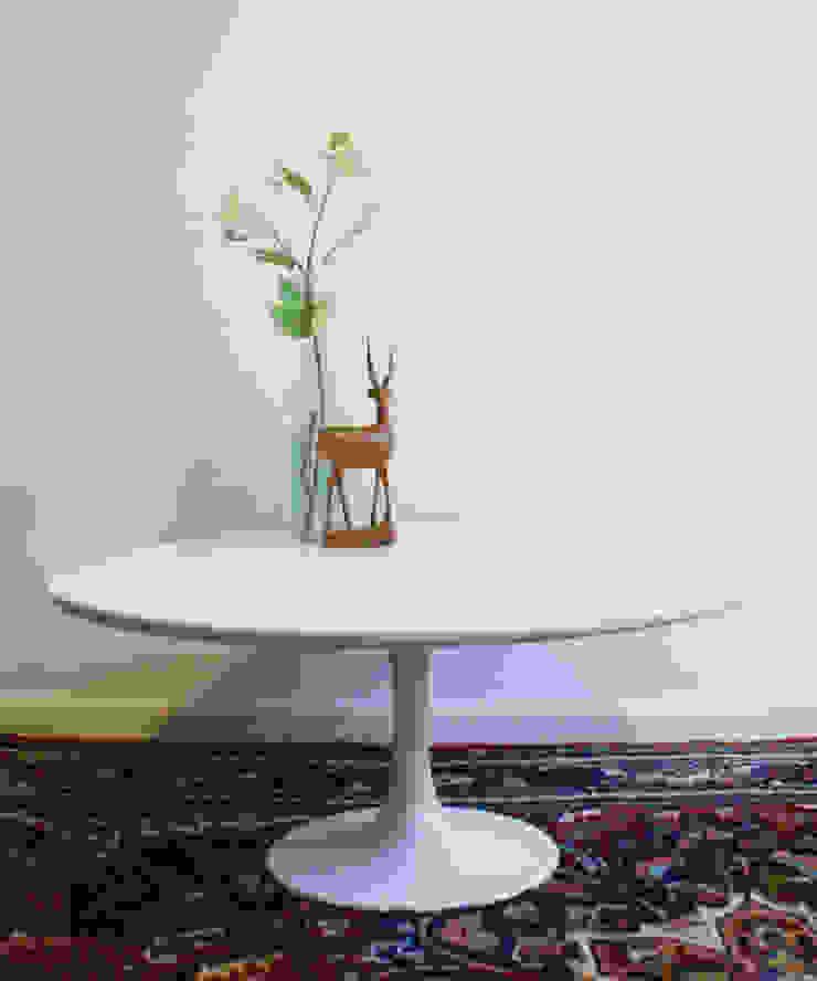 Witte retro salontafel. Ronde vintage tafel op trompetvoet van Flat sheep Minimalistisch