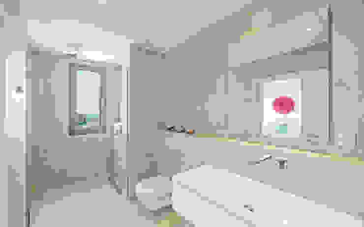 REFORMA EN CALA MORAGUES Baños de estilo moderno de JAIME SALVÁ, Arquitectura & Interiorismo Moderno