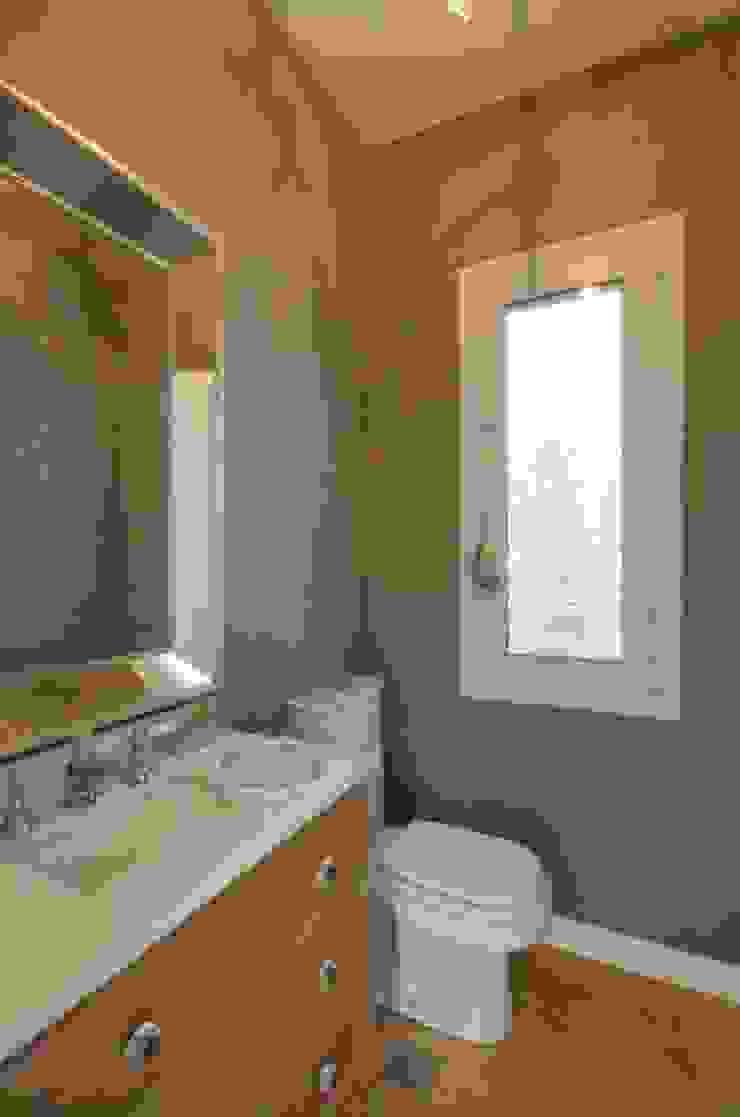 Phòng tắm phong cách kinh điển bởi Parrado Arquitectura Kinh điển