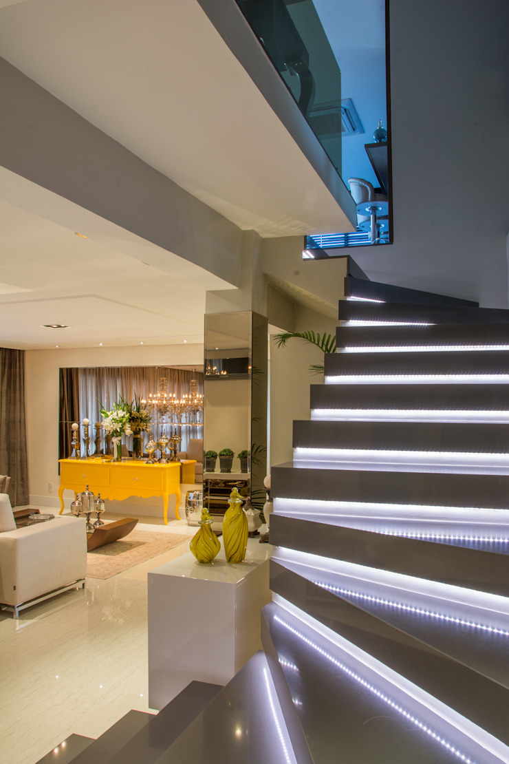 Classic style corridor, hallway and stairs by Michele Moncks Arquitetura Classic