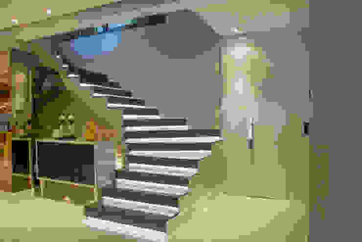 Minimalist corridor, hallway & stairs by Michele Moncks Arquitetura Minimalist