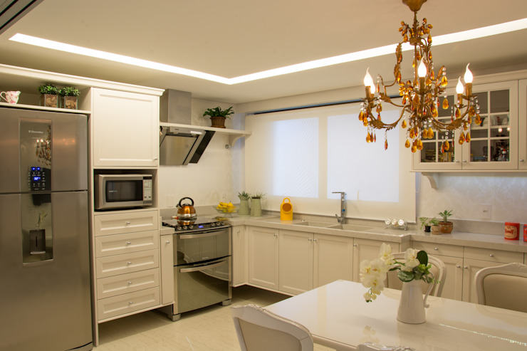 Classic style kitchen by Michele Moncks Arquitetura Classic