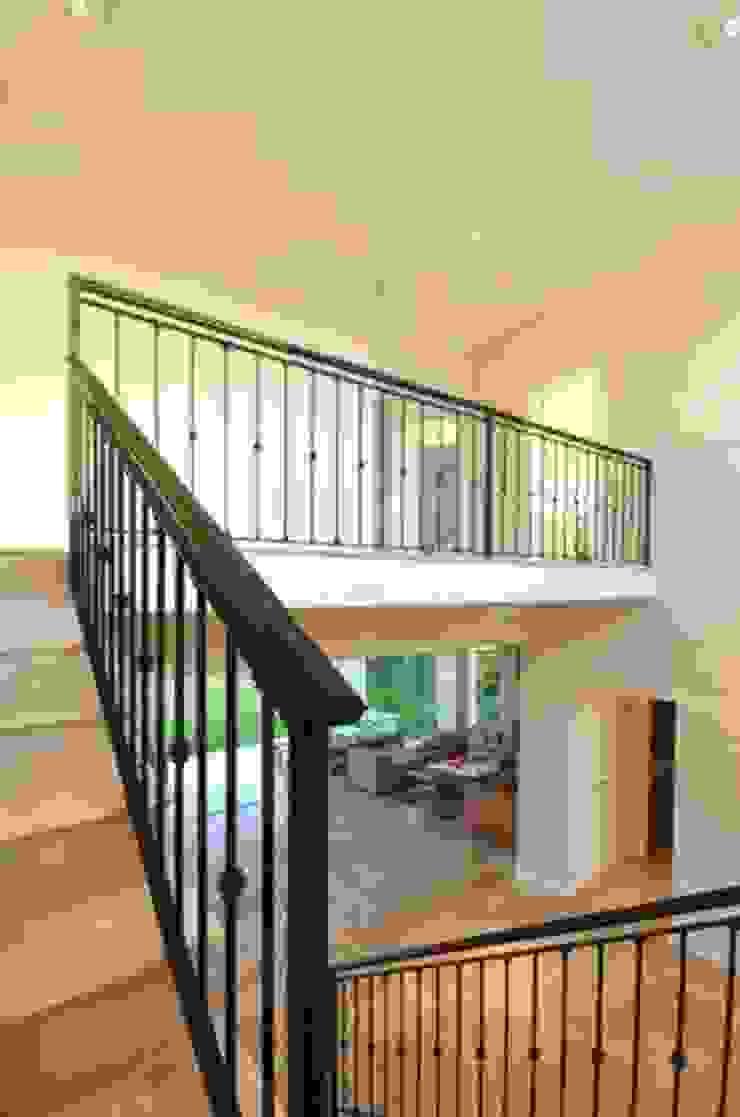 Hành lang, sảnh & cầu thang phong cách kinh điển bởi Parrado Arquitectura Kinh điển
