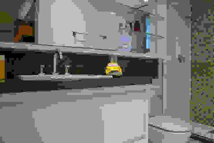 Modern bathroom by Michele Moncks Arquitetura Modern