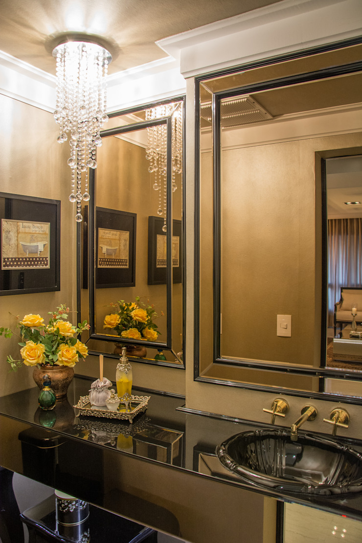 Classic style bathroom by Michele Moncks Arquitetura Classic
