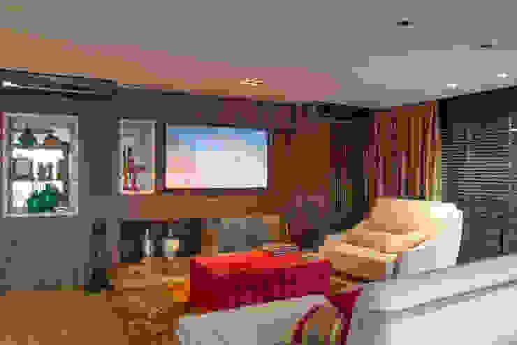 Salas de estar  por Michele Moncks Arquitetura,