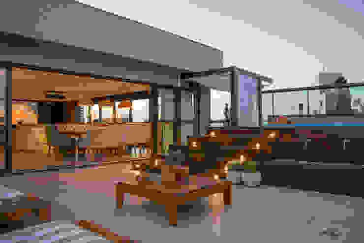 Hiên, sân thượng theo Michele Moncks Arquitetura, Hiện đại