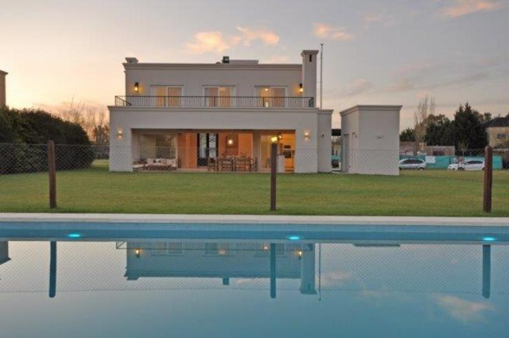Classic style houses by Parrado Arquitectura Classic