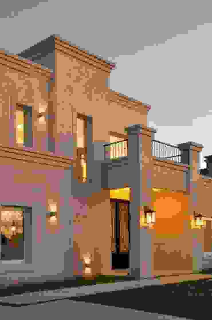 Nhà phong cách kinh điển bởi Parrado Arquitectura Kinh điển