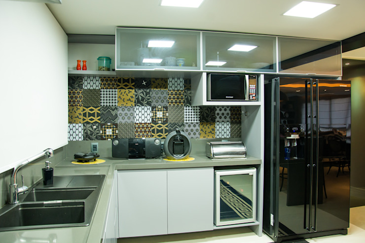 Kitchen by Michele Moncks Arquitetura,