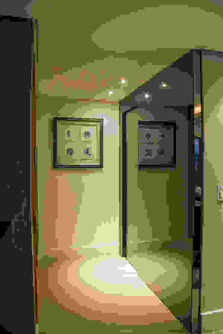 Michele Moncks Arquitetura Modern corridor, hallway & stairs