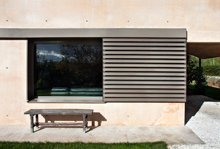 Country house in Ancín. Bay window Ignacio Quemada Arquitectos Minimalist windows & doors Red