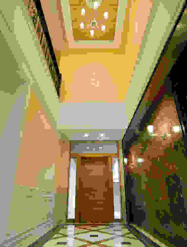光音寺の家 コロニアルスタイルの 玄関&廊下&階段 の 平野設計 コロニアル
