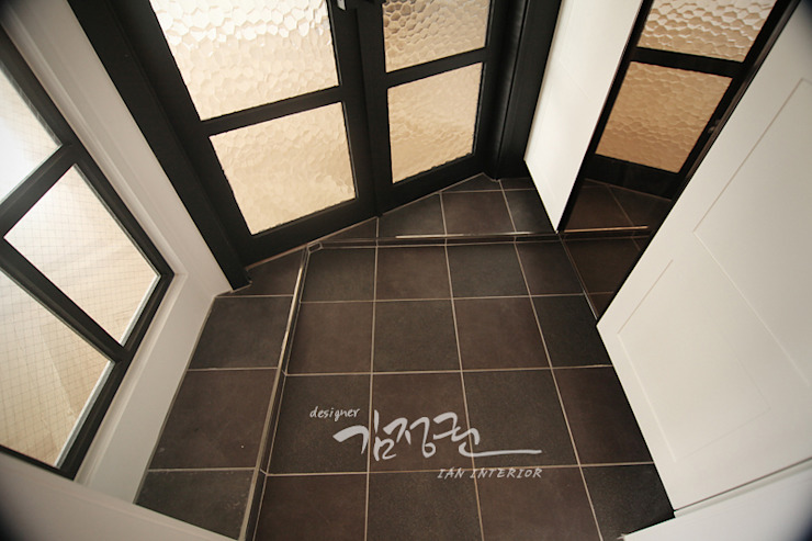 김정권디자이너 Modern Corridor, Hallway and Staircase Marble Black