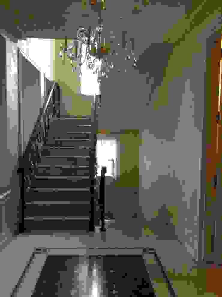 Загородный дом Коридор, прихожая и лестница в классическом стиле от ARTteam Классический