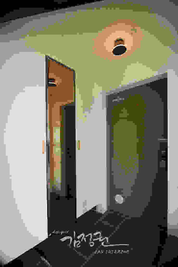 Hành lang, sảnh & cầu thang phong cách tối giản bởi 김정권디자이너 Tối giản Đồ gốm