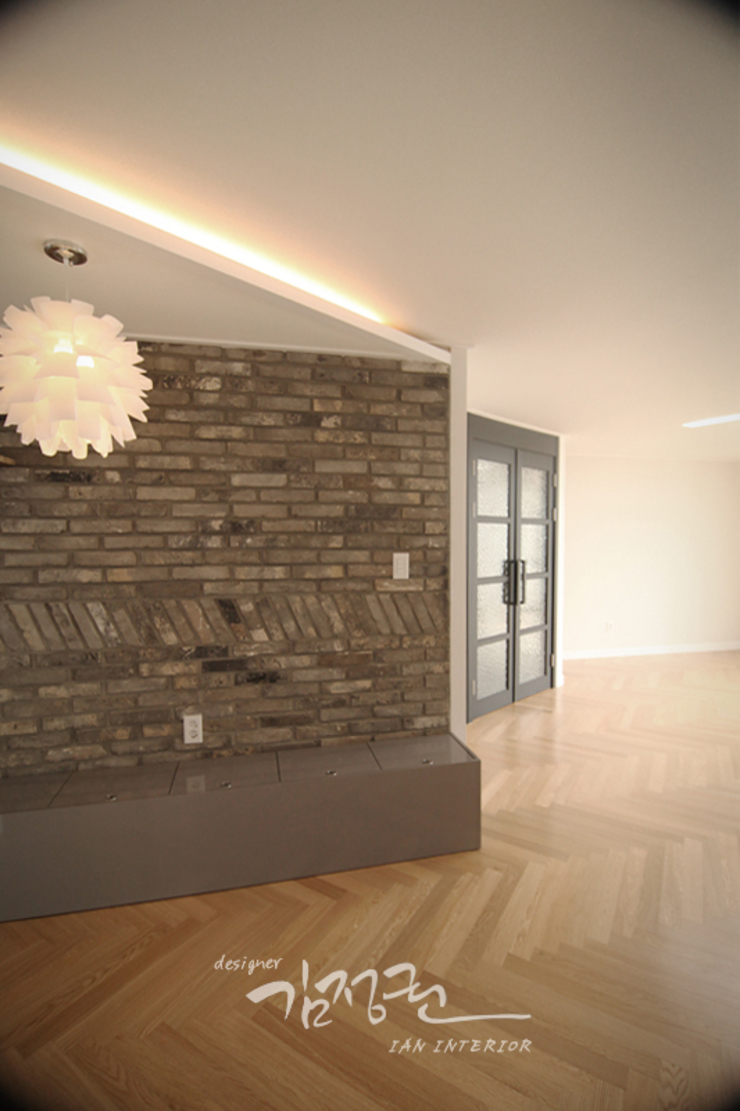 Modern dining room by 김정권디자이너 Modern Bricks